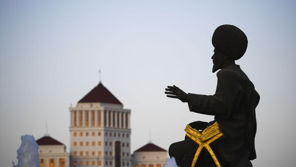 Скульптура народного героя Туркменистана у монумента Независимости Туркменистана в Ашхабаде - Sputnik Тоҷикистон