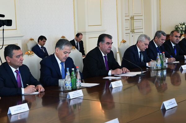 Президент Таджикистана Эмомал Рахмон на встрече с президентом Азербайджана Ильхам Алиевым - Sputnik Таджикистан