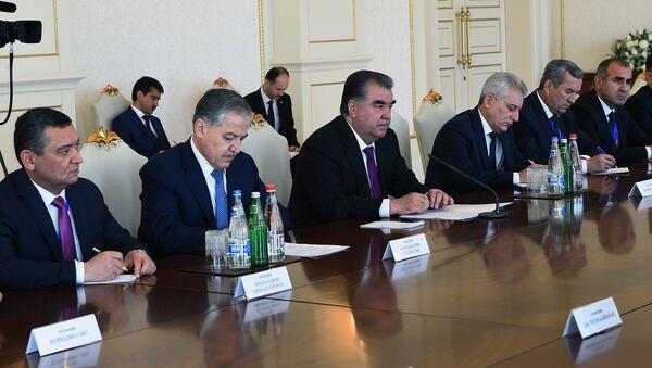 Президент Таджикистана Эмомал Рахмон на встрече с президентом Азербайджана Ильхам Алиевым - Sputnik Тоҷикистон