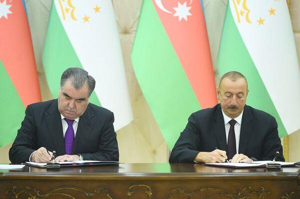 Президент Таджикистана Эмомали Рахмон подписывает договор с президентом Азербайджана - Sputnik Таджикистан