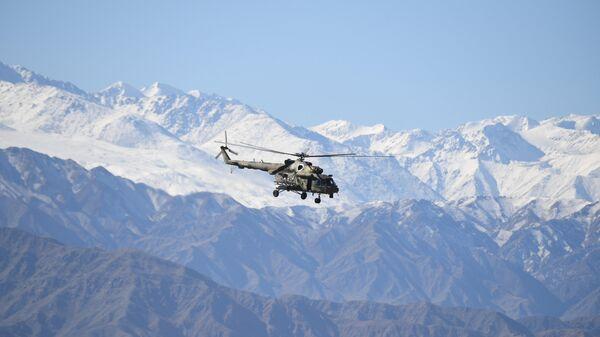 Вертолет Ми-8 в горах, архивное фото - Sputnik Таджикистан