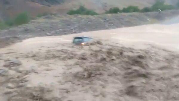 На юге Кыргызстана сель накрыл автомобиль с людьми - Sputnik Тоҷикистон