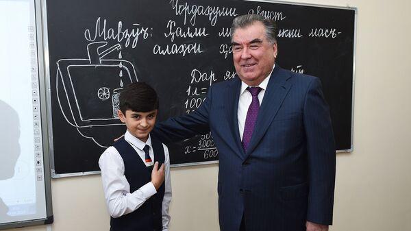 Эмомали Рахмон с учеником средней школы, архивное фото - Sputnik Таджикистан
