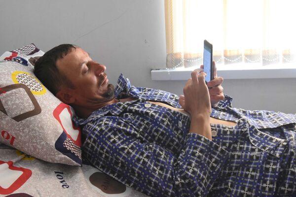 Пострадавший в Таджикистане альпинист Сергей Матвеев в больнице Истиклол - Sputnik Таджикистан