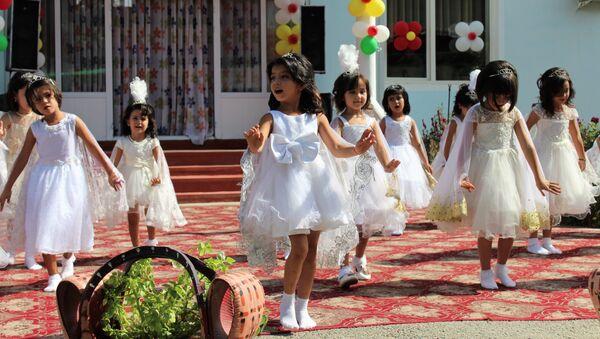 Дети танцуют в детском саду, архивное фото - Sputnik Таджикистан