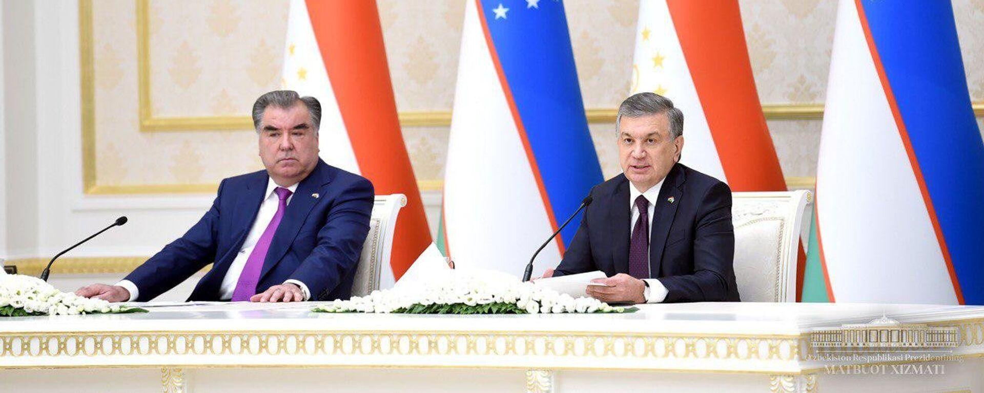 Президент Таджикистана Эмомали Рахмон и Президент Узбекистана Шавкат Мирзиёев на переговорах - Sputnik Таджикистан, 1920, 05.07.2021