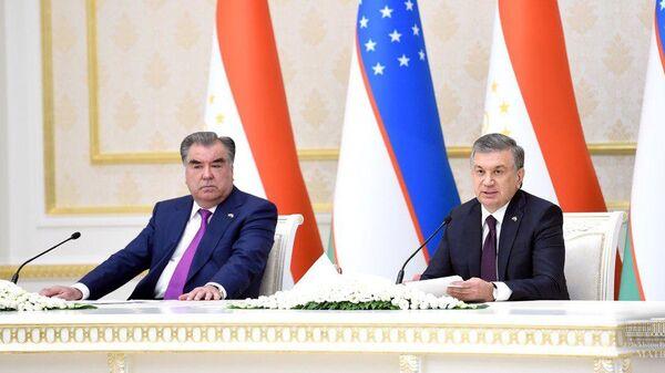 Президент Таджикистана Эмомали Рахмон и Президент Узбекистана Шавкат Мирзиёев на переговорах - Sputnik Таджикистан