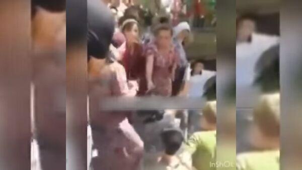 Видео: в Андижане торговцы рынка устроили самосуд над женщиной - Sputnik Тоҷикистон