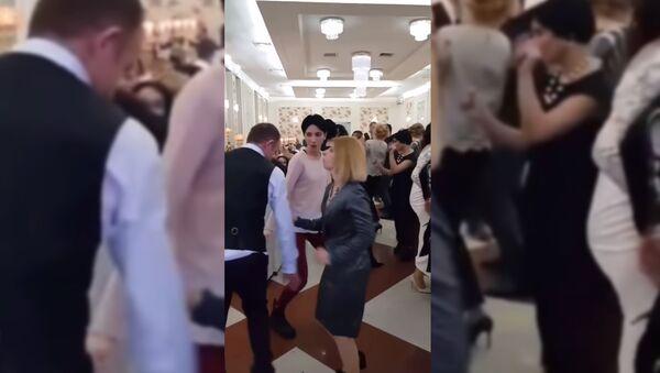 Ревнивая жена непозволяет мужу танцевать сдругими - Sputnik Тоҷикистон