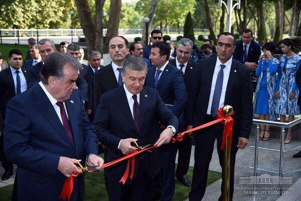 Президент Республики Узбекистан Шавкат Мирзиёев и Президент Республики Таджикистан Эмомали Рахмон открыли выставку промышленной продукции Таджикистана - Sputnik Таджикистан