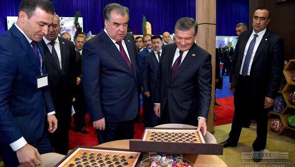 Президент Республики Узбекистан Шавкат Мирзиёев и Президент Республики Таджикистан Эмомали Рахмон открыли выставку промышленной продукции Таджикистана - Sputnik Тоҷикистон