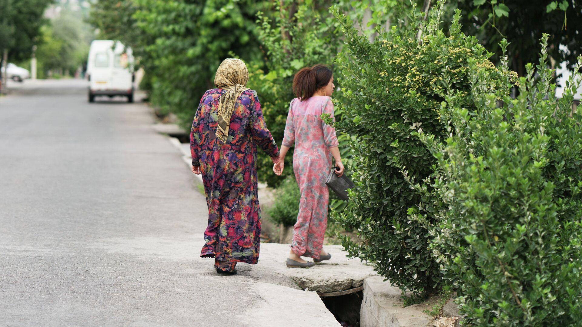 Две женщины на улице. архивное фото - Sputnik Тоҷикистон, 1920, 06.10.2021