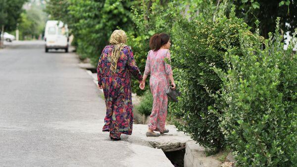 Две женщины на улице. архивное фото - Sputnik Тоҷикистон