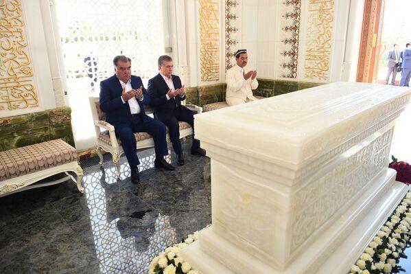 Эмомали Рахмон и Шавкат Мирзиёев в Самарканде посетили мавзолей Ислама Каримова - Sputnik Таджикистан