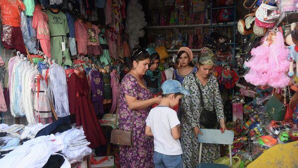 Школьная ярмарка на рынке Мехргон в Душанбе - Sputnik Тоҷикистон