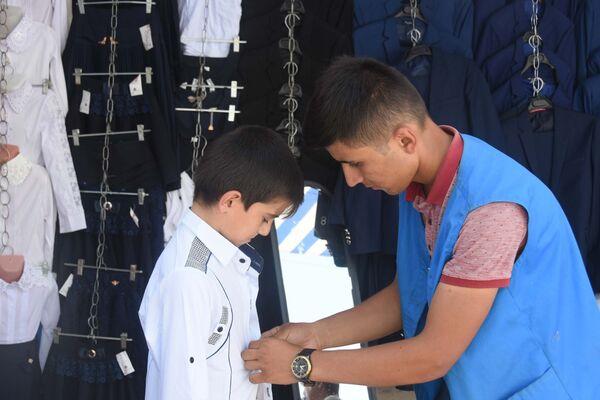 Школьная ярмарка на рынке Мехргон в Душанбе - Sputnik Таджикистан