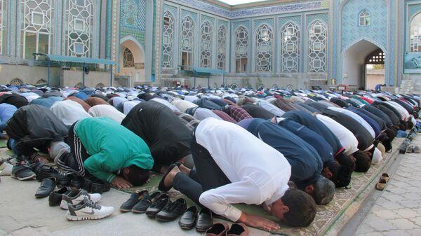 Верующие  во время праздника Иди Курбон в центральной мечети Душанбе в Таджикистане - Sputnik Тоҷикистон