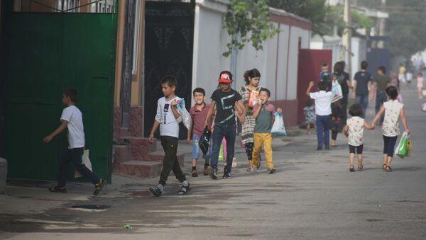 Дети поздравляют жителей c праздником Иди Курбон в Душанбе - Sputnik Тоҷикистон