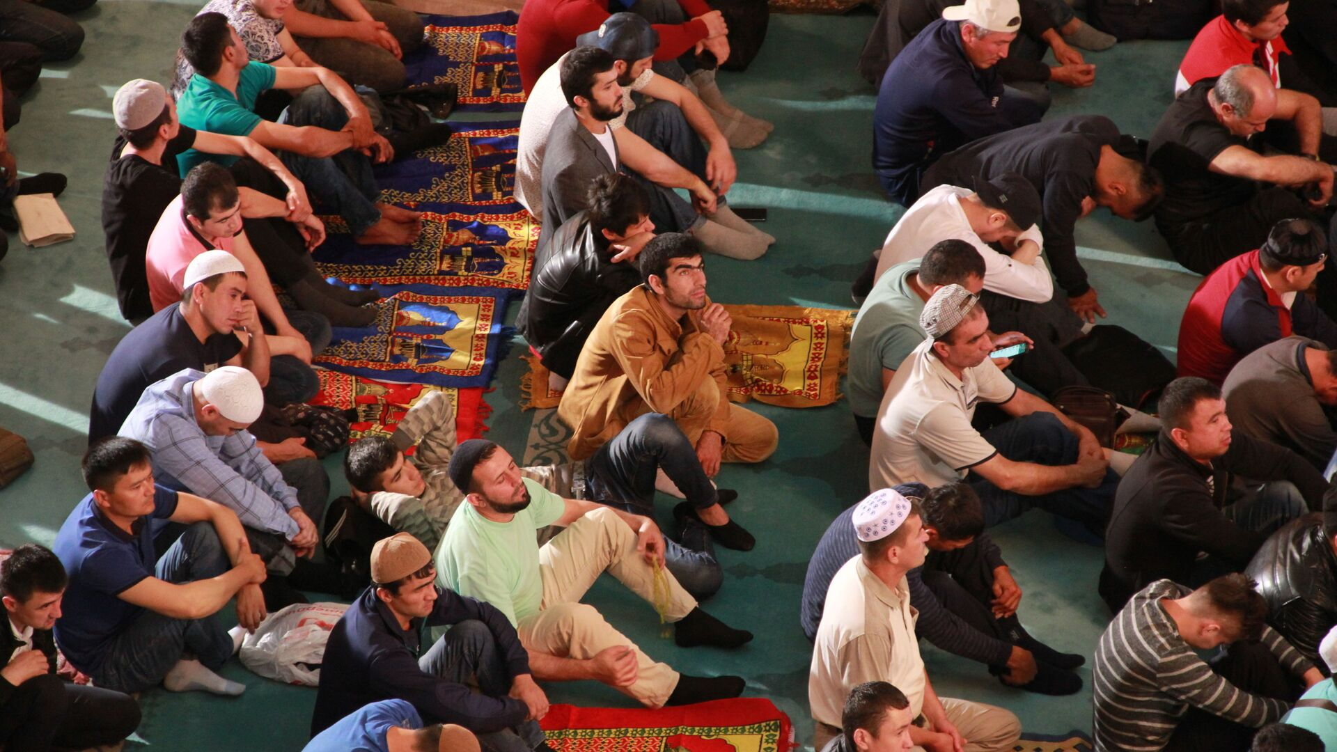 Верующие ждут начала праздничной молитвы по случаю Курбан-байрама в Московской соборной мечети. 21 августа 2018  - Sputnik Таджикистан, 1920, 28.09.2021