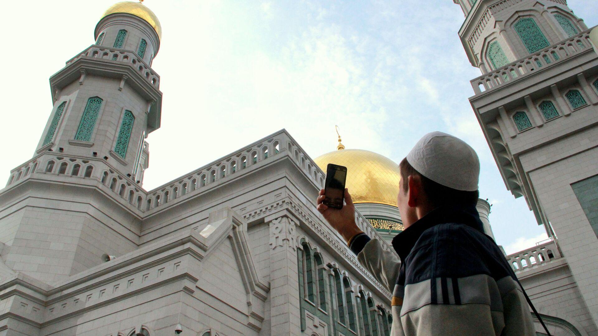 Мусульманин фотографирует Московскую соборную мечеть в день Курбан-байрама - Sputnik Таджикистан, 1920, 18.09.2021