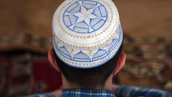 Мусульманин в мечети, архивное фото - Sputnik Тоҷикистон