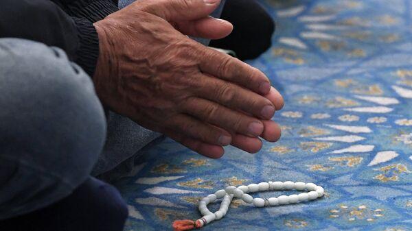 Верующий на намазе в мечети, архивное фото - Sputnik Таджикистан