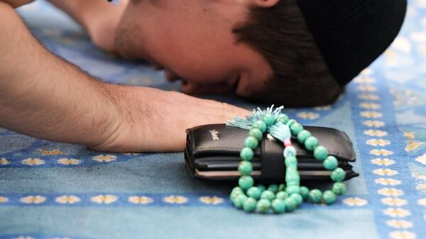 Верующий на намазе в мечети, архивное фото - Sputnik Тоҷикистон
