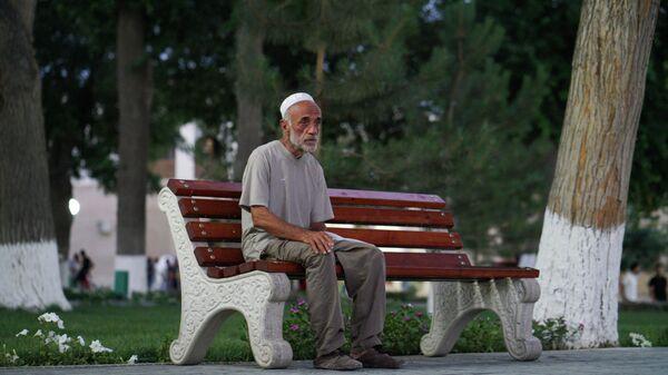 Пожилой человек сидит на скамейке, архивное фото - Sputnik Таджикистан