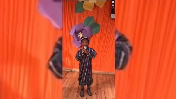 Темнокожий мальчик поет на узбекском языке - Sputnik Тоҷикистон