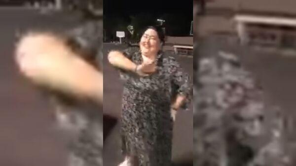 Узбекская девушка танцует под песню на таджикском языке Юлдуза Усманова - Sputnik Тоҷикистон