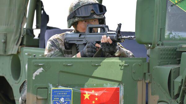Военнослужащий КНР участвует в совместном военном антитеррористическом учении вооруженных сил государств – членов ШОС Мирная миссия – 2018 на полигоне в Чебаркуле - Sputnik Тоҷикистон