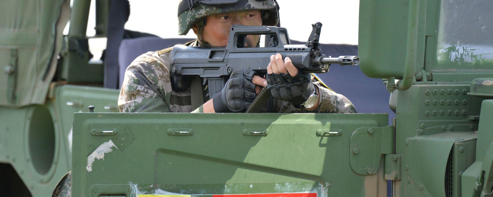 Военнослужащий КНР участвует в совместном военном антитеррористическом учении вооруженных сил государств – членов ШОС Мирная миссия – 2018 на полигоне в Чебаркуле - Sputnik Таджикистан, 1920, 10.08.2021