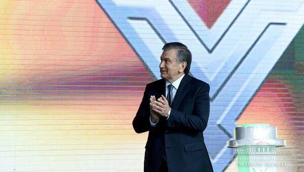 Президент Республики Узбекистан Шавкат Мирзиёев во время визита на Узбекский металлургический комбинат - Sputnik Тоҷикистон