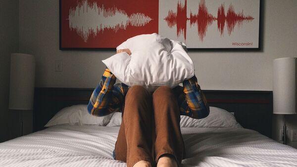 Человек закрылся подушкой, архивное фото - Sputnik Таджикистан