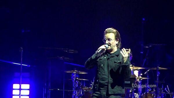 Инцидент на концерте известной рок-группы U2 - Sputnik Таджикистан