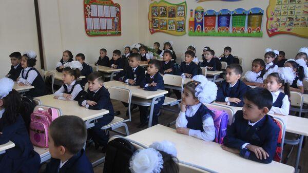 Первоклассники на первом уроке новой школы №31 - Sputnik Таджикистан