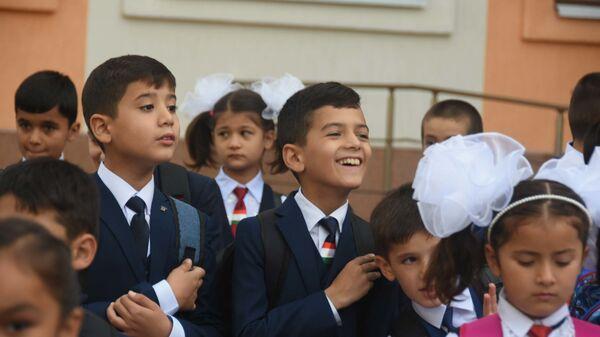 Таджикские школьники на линейке первого сентября новой школы №31 - Sputnik Таджикистан