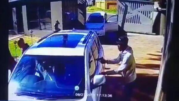 Скриншот из видео, где пожилая женщина дает отпор грабителям - Sputnik Таджикистан
