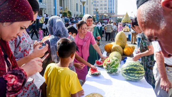 Праздник дыни на рынке Мехргон в Душанбе - Sputnik Тоҷикистон