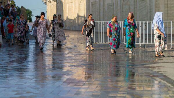Узбекские женщины на улице Самарканда, архивное фото - Sputnik Таджикистан