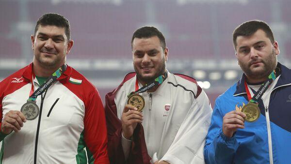 Дилшод Назаров слева на церемонии награждения летних Азиатских игр 2018 - Sputnik Таджикистан