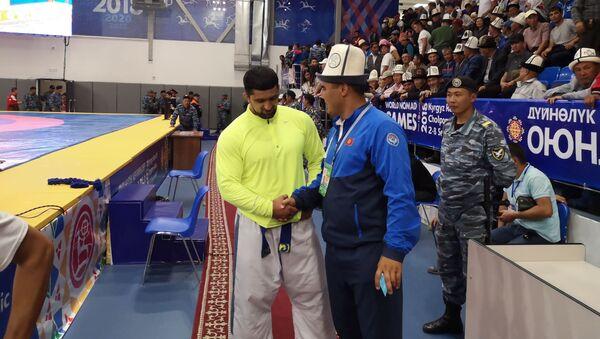 Анакулов Фархад слева, занявший второе место в соревнованиях по Кыргыз курошу - Sputnik Тоҷикистон