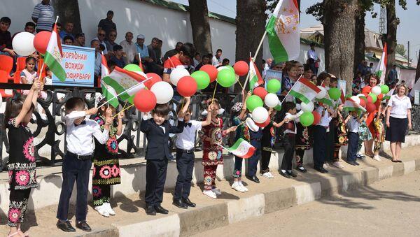 Дети в Таджикистане с флагами, архивное фото - Sputnik Таджикистан