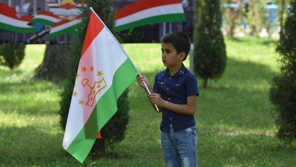 Мальчик с флагом Таджикистана, архивное фото - Sputnik Тоҷикистон