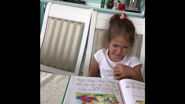 Хочу замуж, а не книжки читать: беседа первоклашки с мамой покорила Сеть – видео - Sputnik Таджикистан