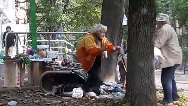 Две старушки устроили драку на ножах и клюшках из-за торговой точки – видео - Sputnik Таджикистан