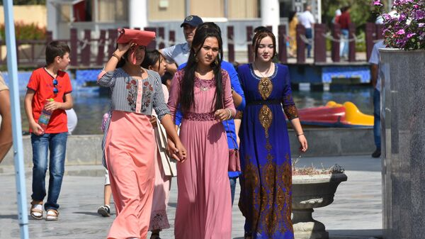 Девушки на улице в Душанбе, архивное фото - Sputnik Таджикистан