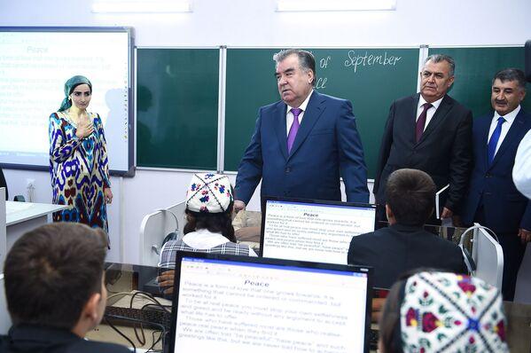 Президент Таджикистана Эмомали Рахмон принял участие вцеремонии открытия новой школы вГорно-Бадахшанской автономной области - Sputnik Таджикистан