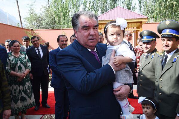 Эмомали Рахмон принял участие в открытии новой школы в ГБАО - Sputnik Таджикистан