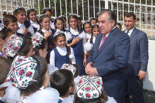 Эмомали Рахмон на открытии флагштока и герба в Дарвазском районе - Sputnik Таджикистан